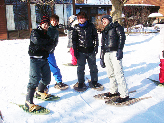YUELI students snowshoeing in a Winter trip