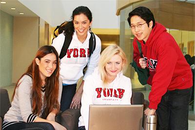 여름철 요크 대학교 학교 식당 밖에 앉아 있는 5명의 학생들