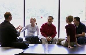 Grupo de alunos sentados no salão dos alunos